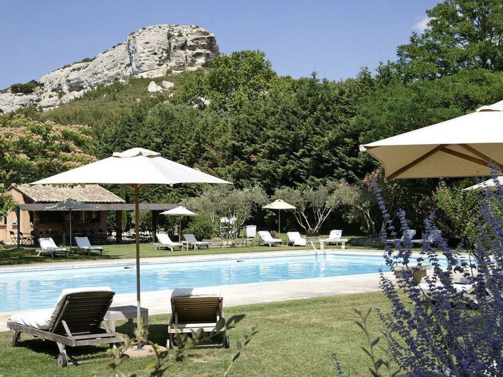 L'une des piscines de Baumanière aux Baux-de-Provence © DR