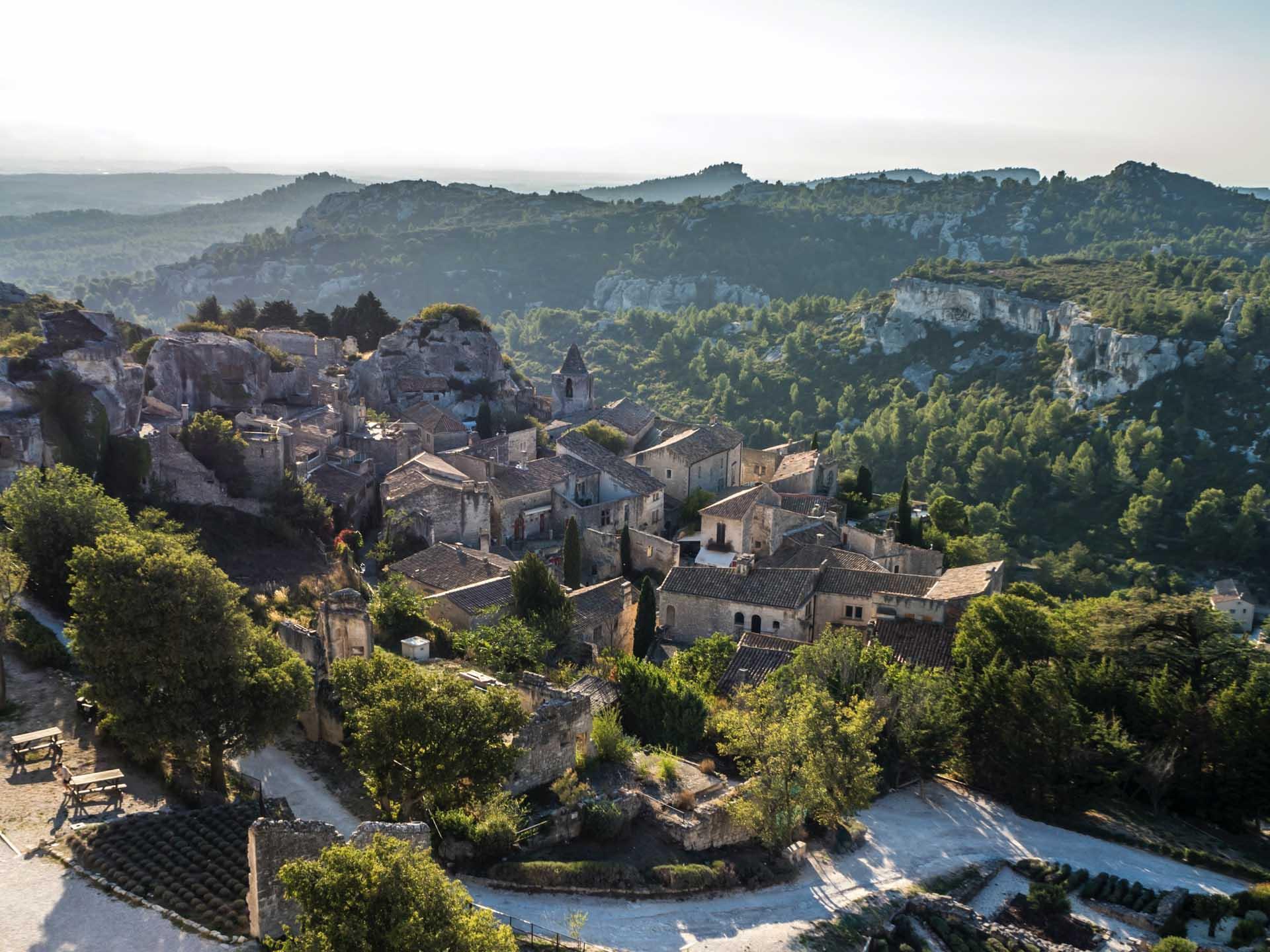 Les Baux-de-Provence dominent la plaine qui s'étend jusqu'à la Méditerranée © Jaakko Kemppainen