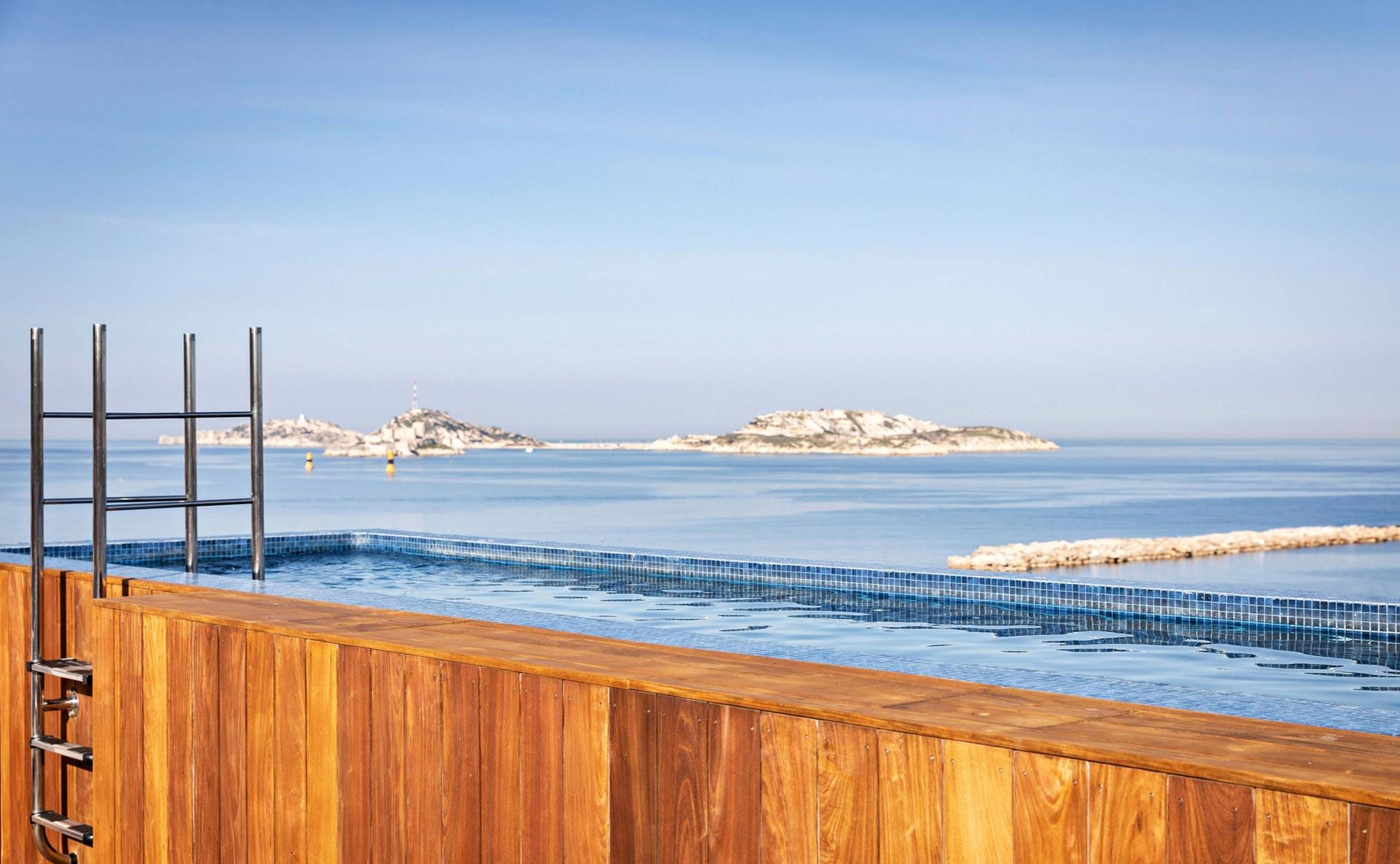 La piscine sur le toit des Bords de Mer ©Les Domaines de Fontenille Sas