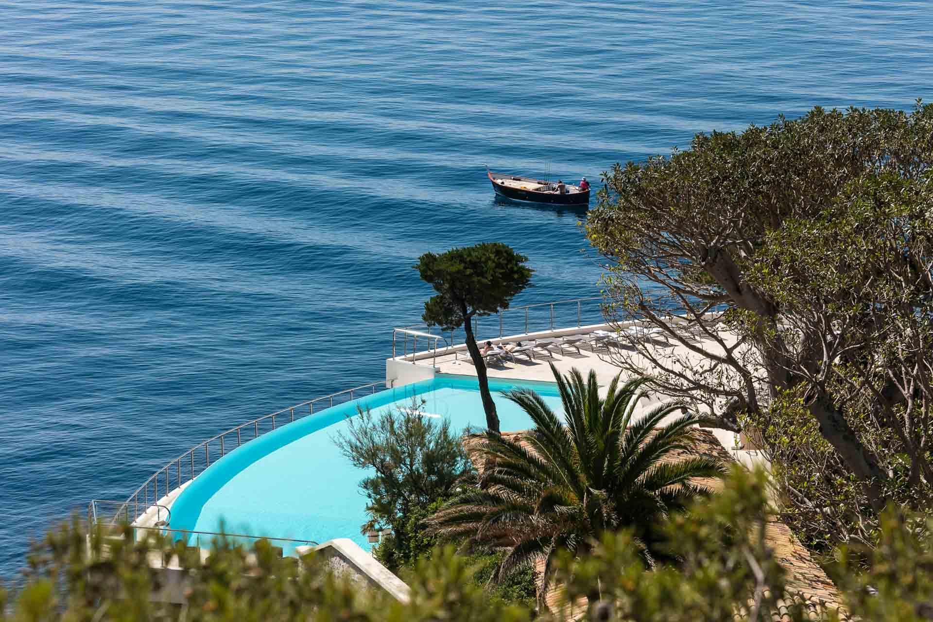 Le Cap Estel rentre dans la mer au pied de la falaise d'Èze © DR