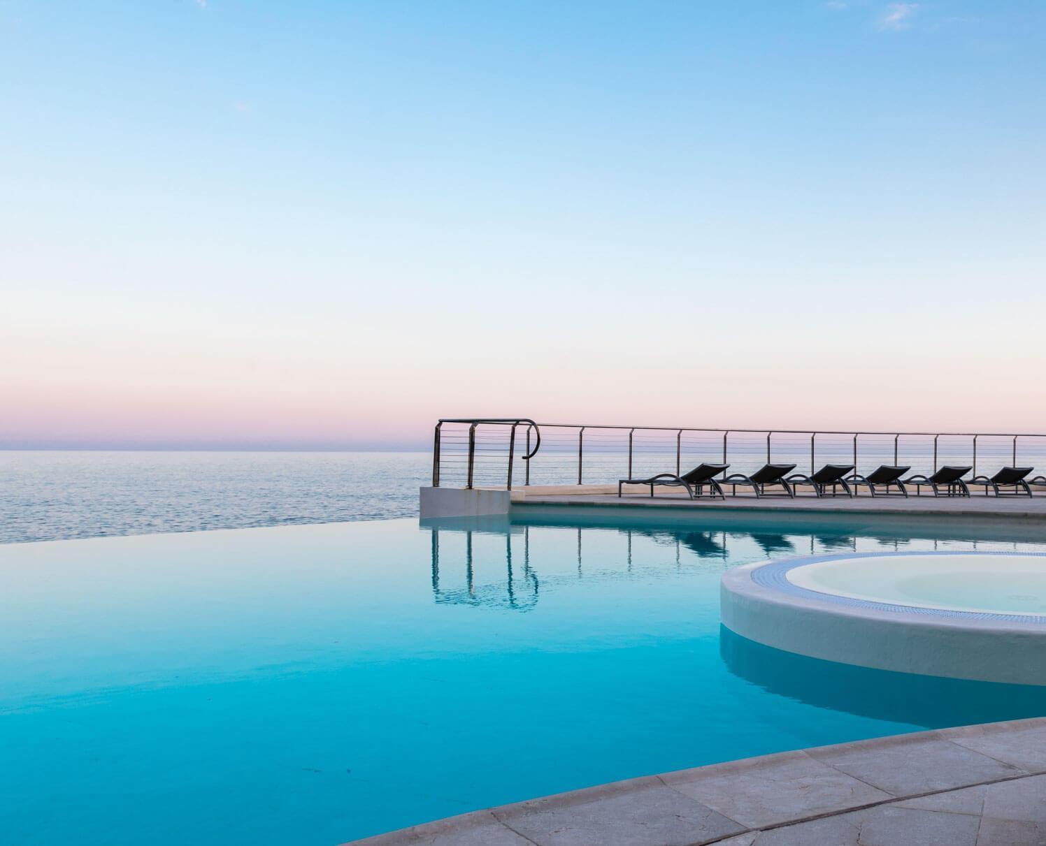 La somptueuse piscine du Cap Estel semble suspendue sur l'eau © DR
