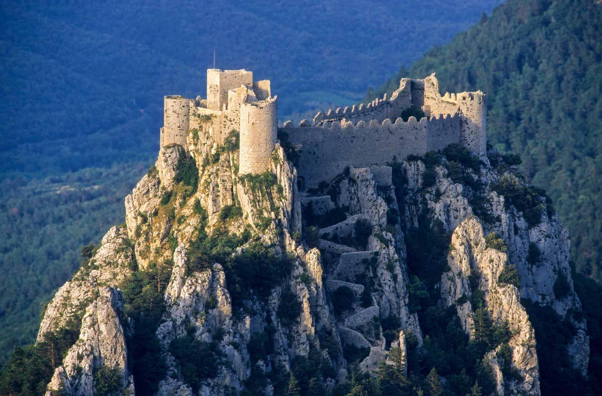 Le château de Puilaurens perché sur son éperon rocheux © Thierry Rambaud - AdobeStock