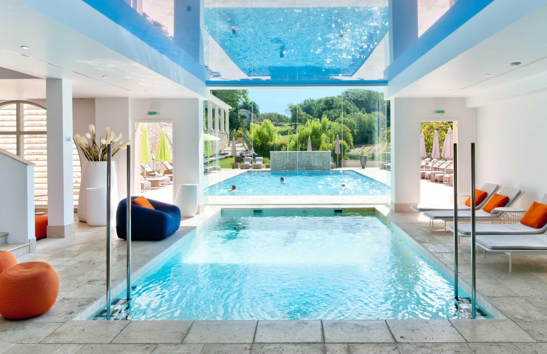 Au Couvent des Minimes, piscine intérieure et extérieure se confondent © DR