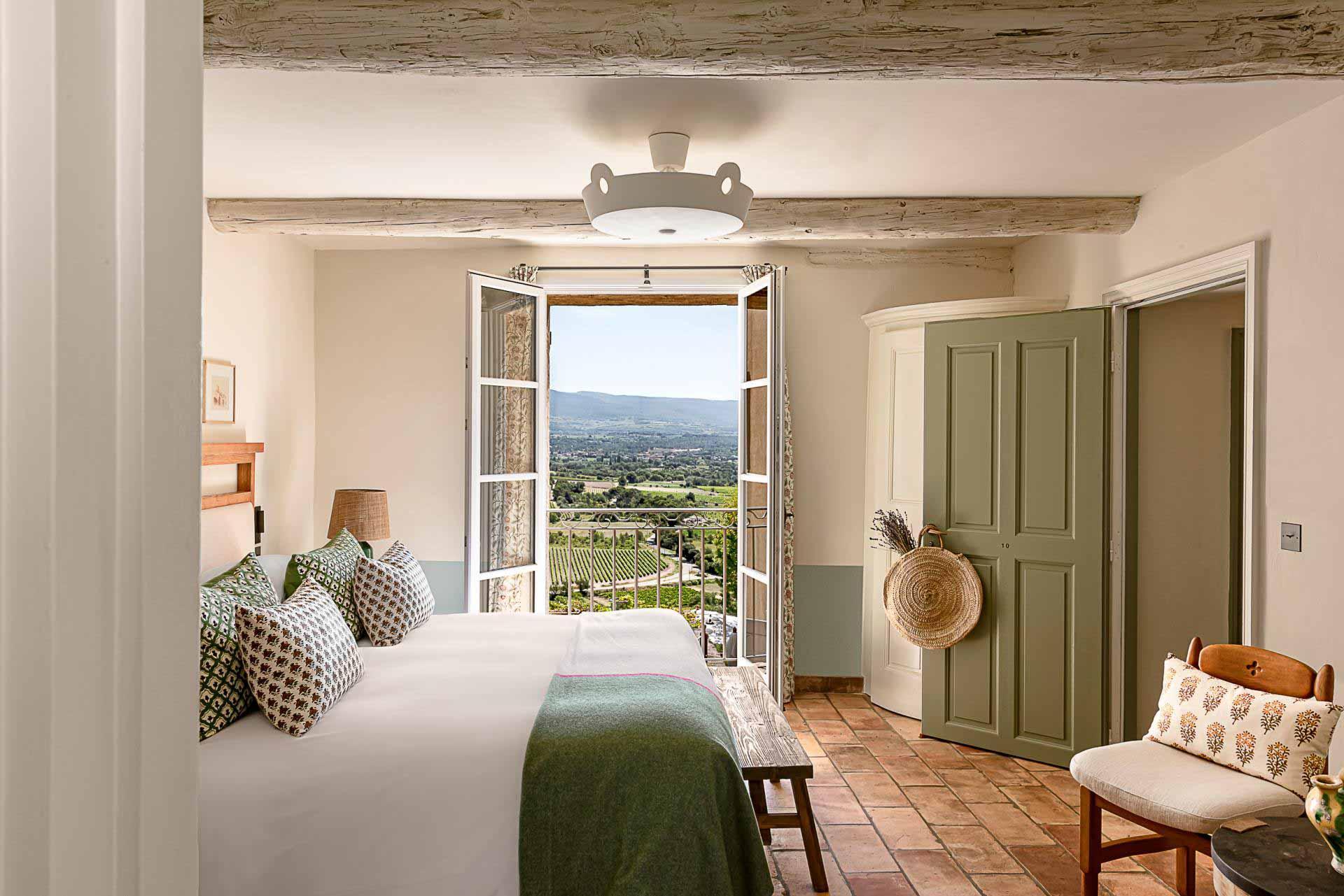 Ambiance typiquement provençale dans une chambre © Crillon Le Brave