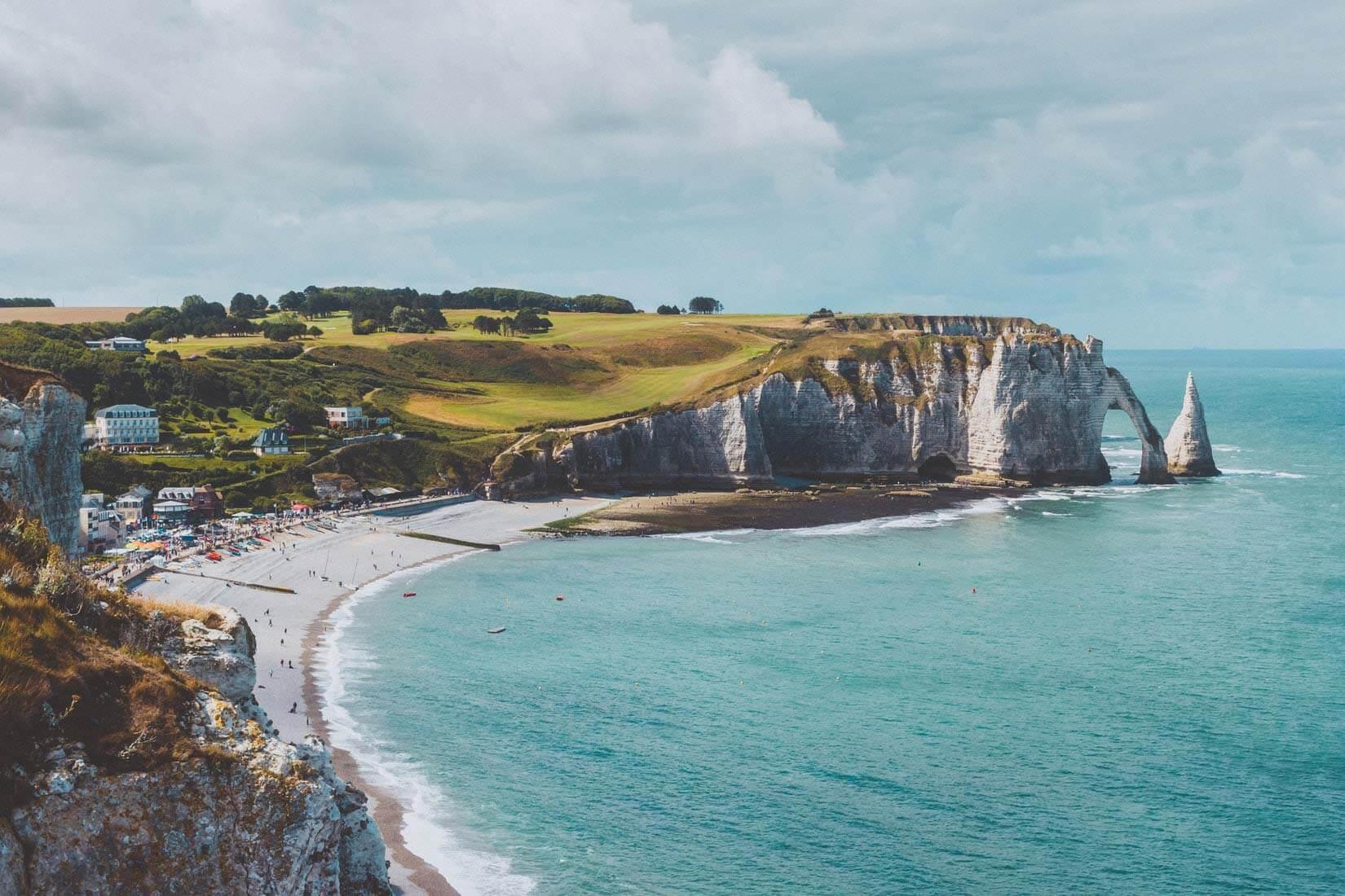 Les célèbres falaises d'Etretat se prolongent sur toute la côte normande © Ilnur Kalimullin