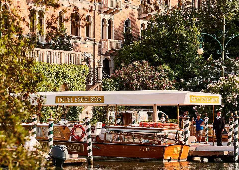 Arrivée en bateau à l'Hotel Excelsior sur le Lido © DR