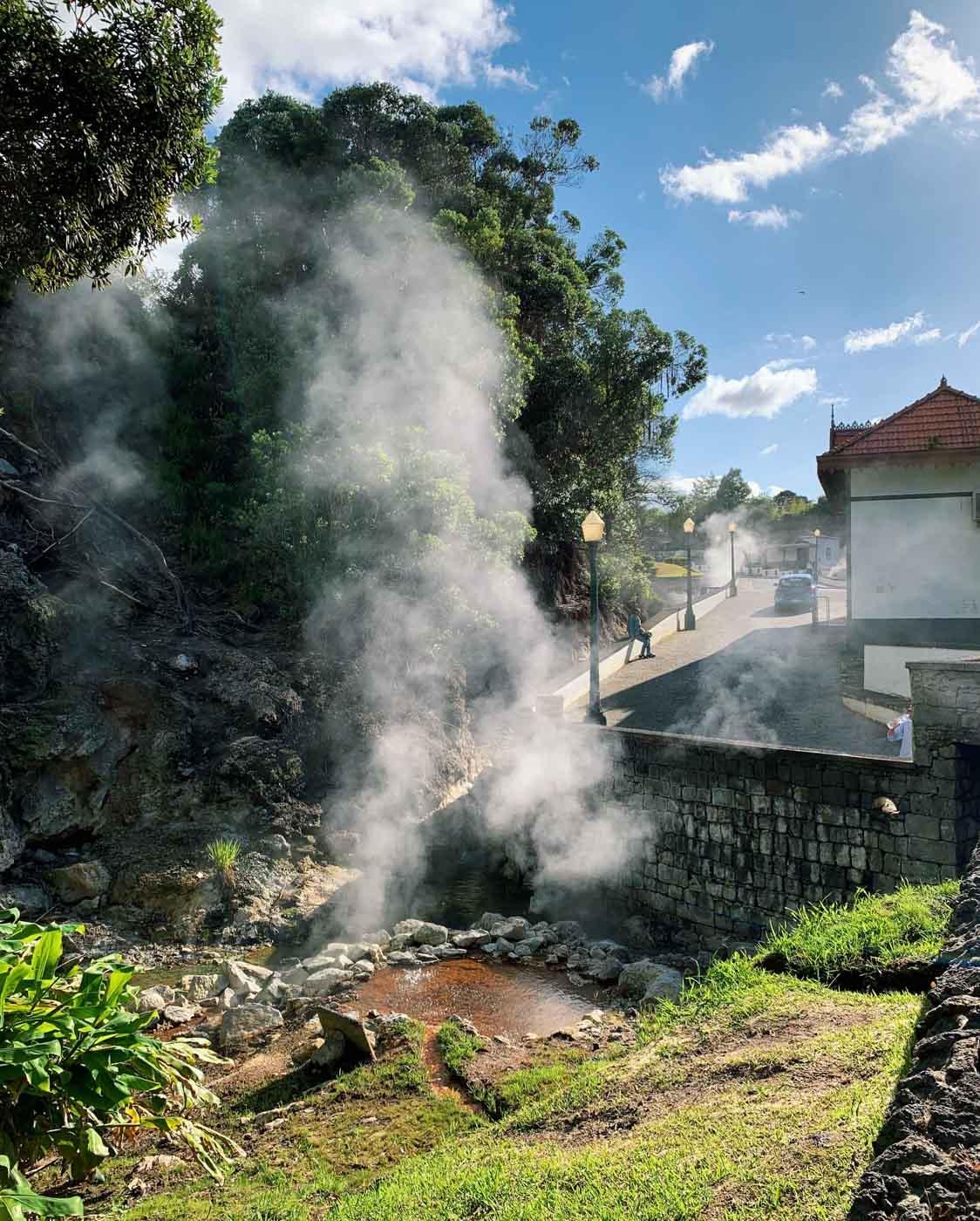 Au détour d'une rue du village de Furnas, des fumerolles et des sources bouillonnantes © YONDER.fr/PG