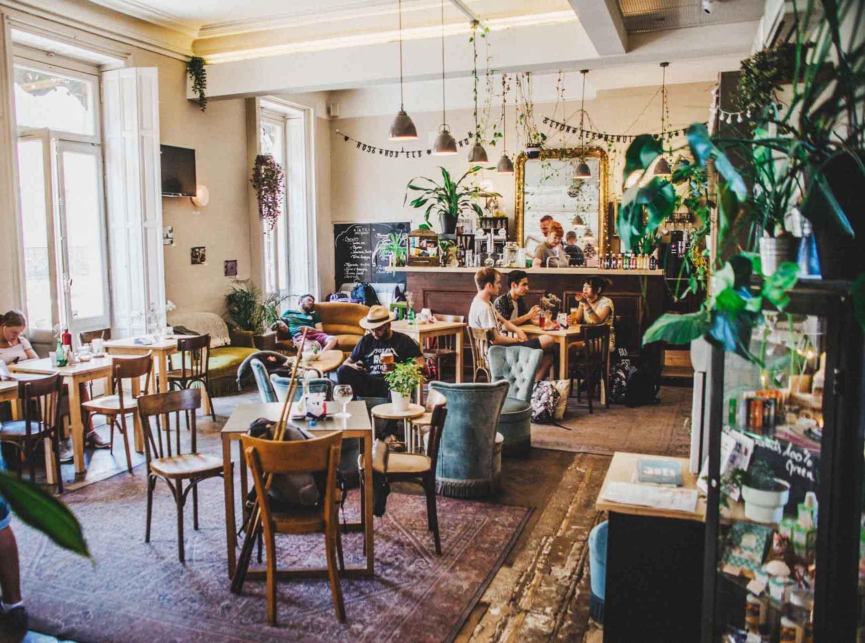 Pièce à vivre et bar de l'auberge de jeunesse HO36 © DR