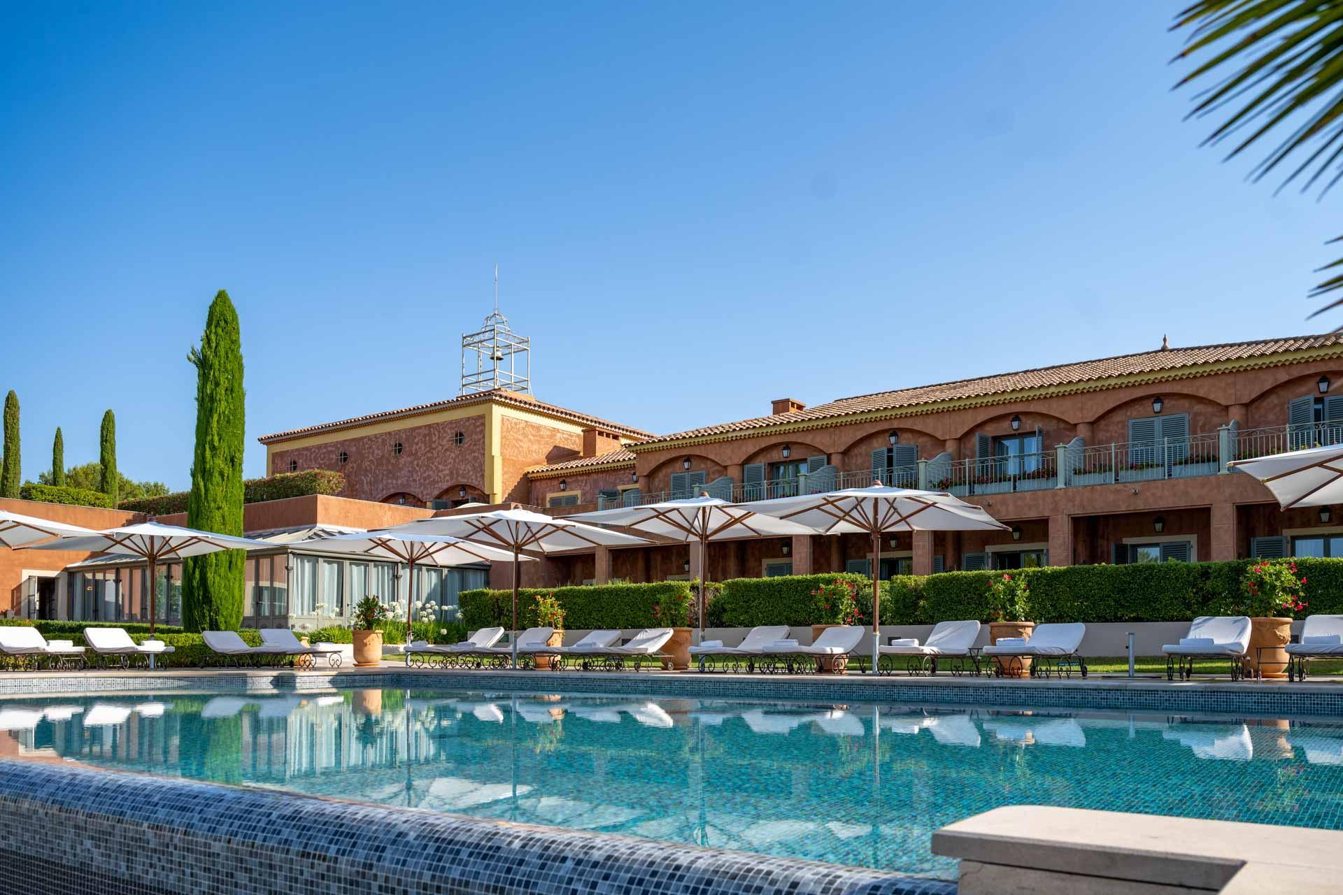 Vue de la piscine extérieure de l'hôtel © LiveandShoott