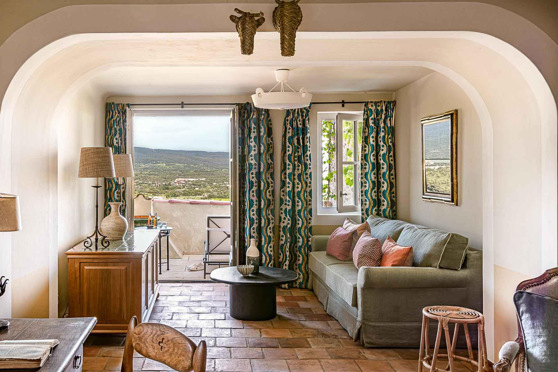 Les chambres au charme tout provençal offrent une vue imprenable © DR