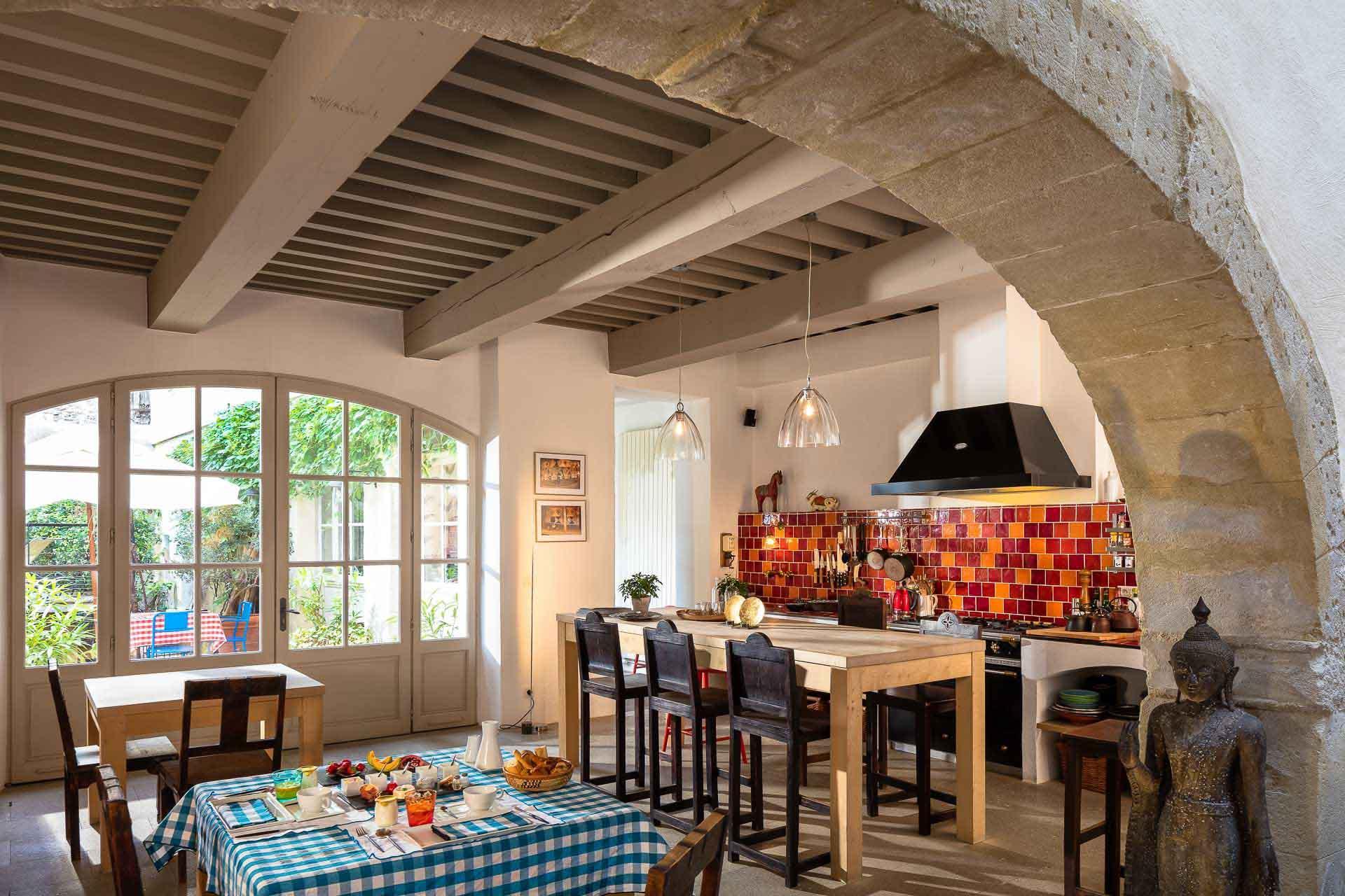 La convivialité est le maître mot dans la cuisine de la Maison sur la Sorgue © Rémi Michel