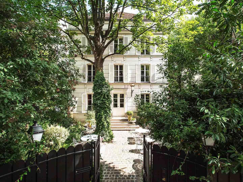 L'Hôtel Particulier à Montmartre, logé derrière un épais rideau de végétation © DR