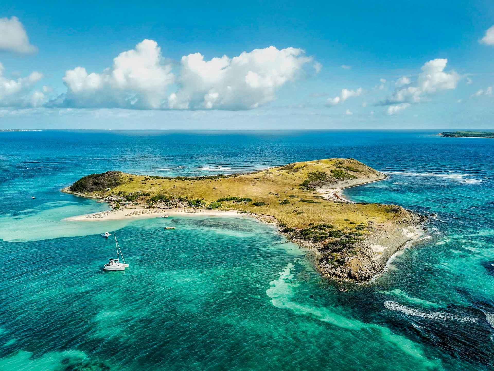 L'ile Pinel est entourée d'un camaïeu de bleus © DR