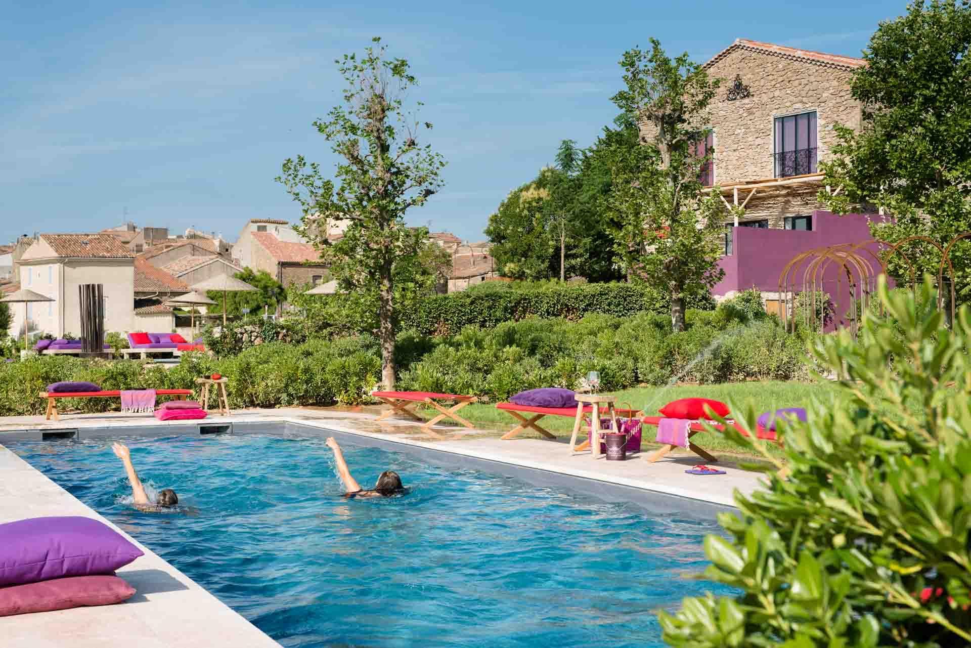 La Maison des Amis et ses deux piscines accessibles aux hôtes © DR
