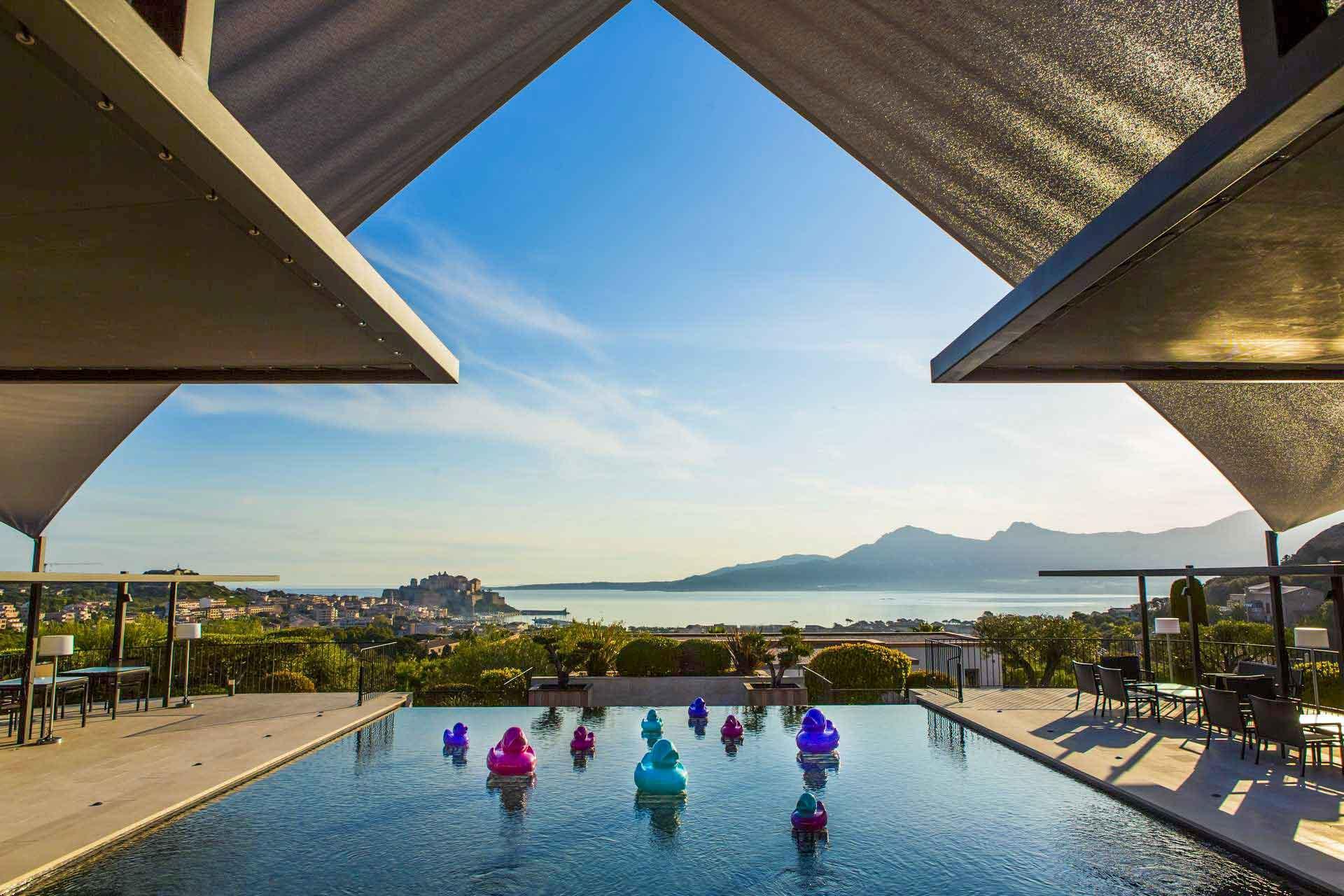La piscine de La Villa domine la baie de Calvi © DR