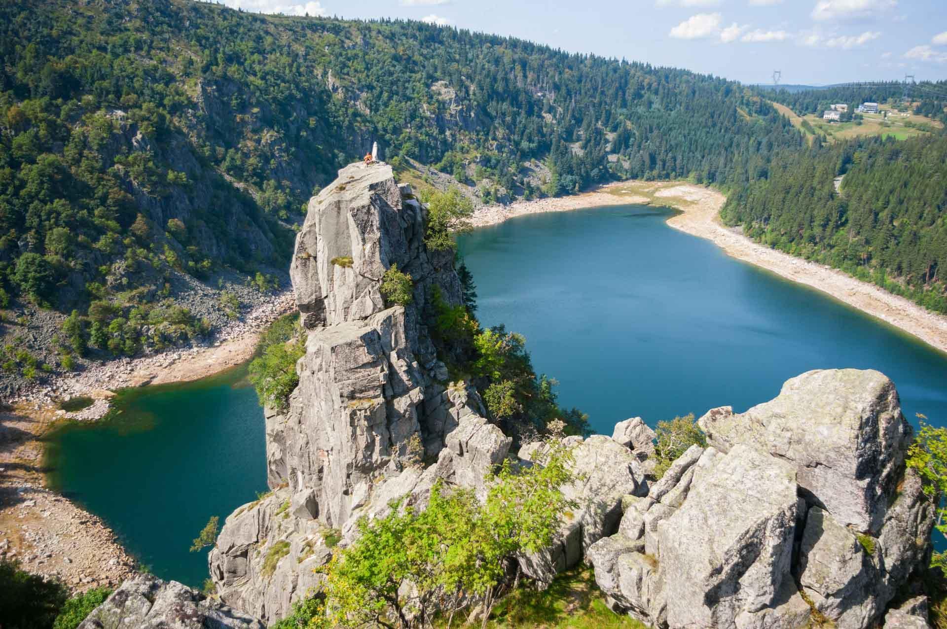 Le rocher Hans surplombant le Lac Blanc dans les Vosges alsaciennes © jetlagmat - adobestock