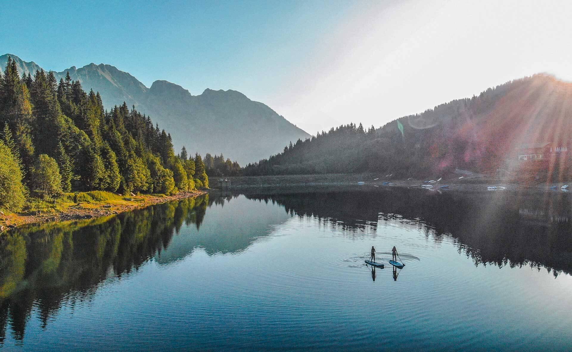 Calme matinal du lac d'Arnon, à découvrir en paddle © Destination Gstaad