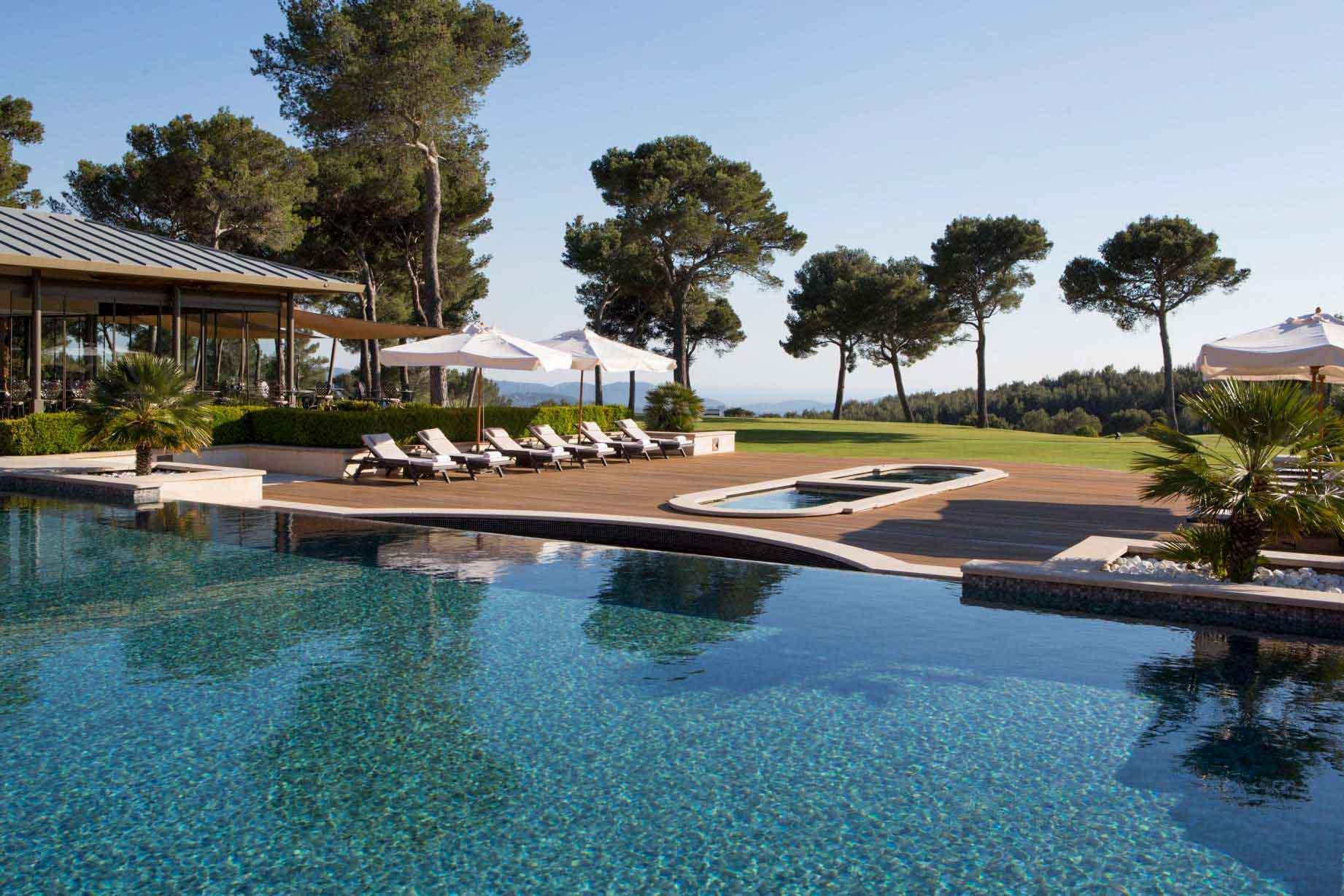 La piscine du Castellet et sa vue imprenable © DR