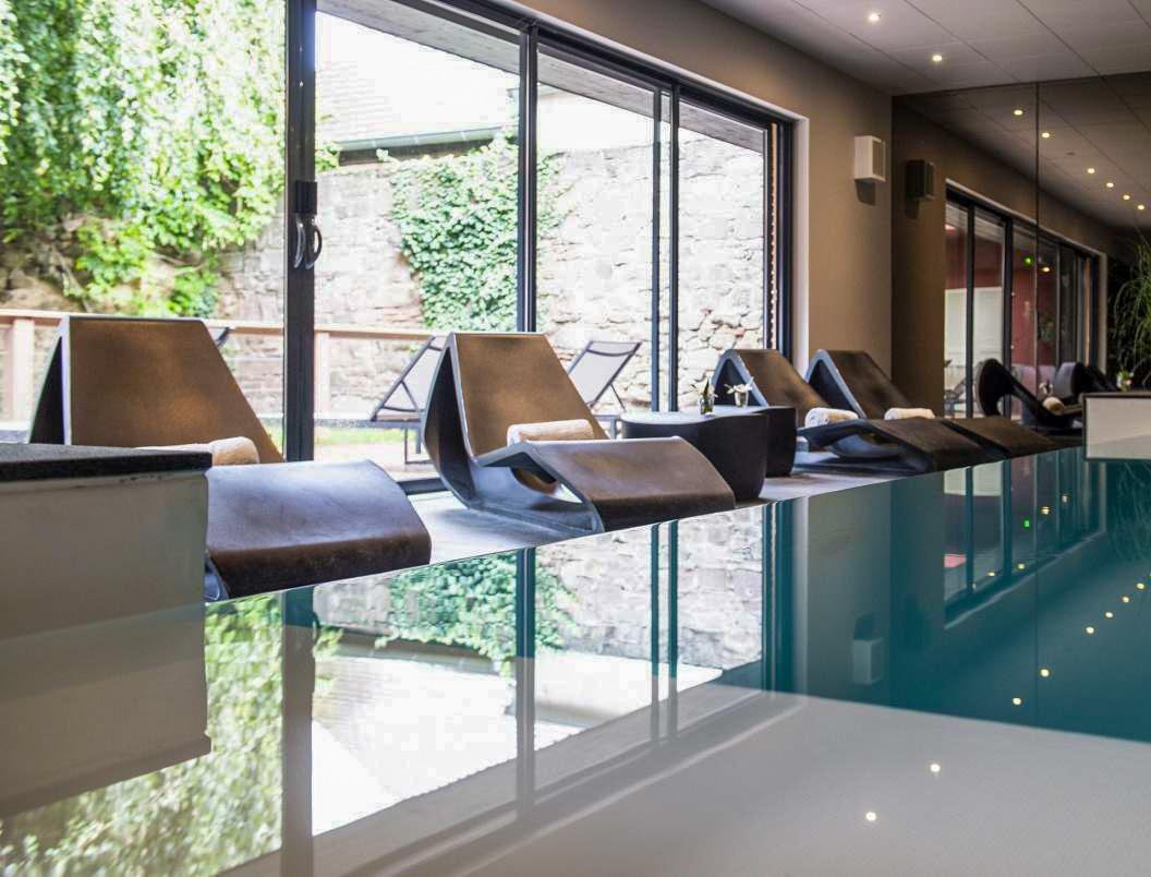 Le spa du Chambard et sa piscine qui donne sur le jardin © DR