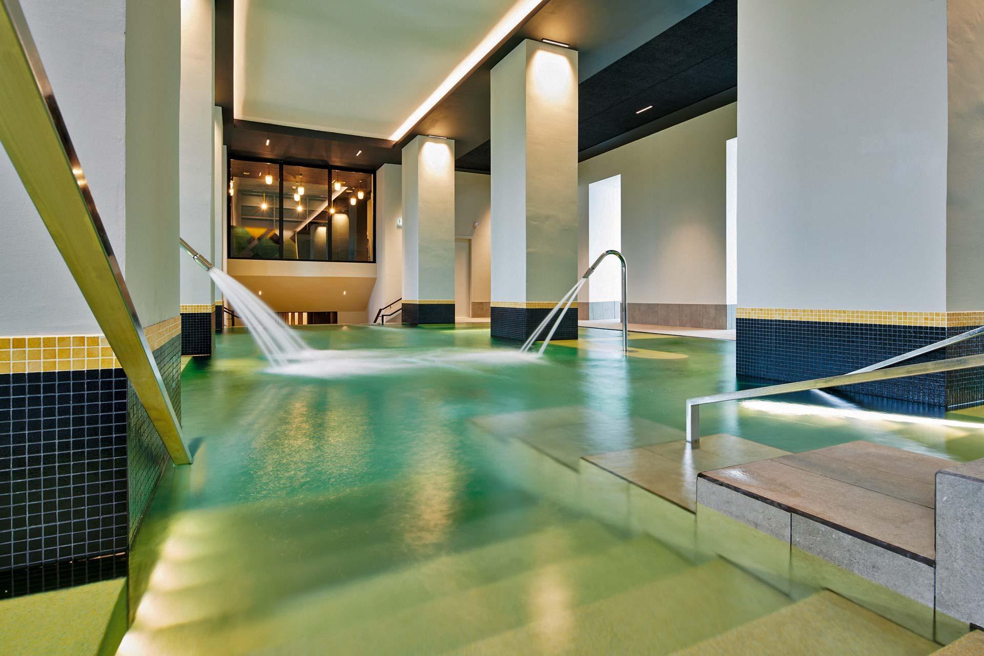 La piscine principale du spa Cinq Mondes au Splendid © Le Splendid