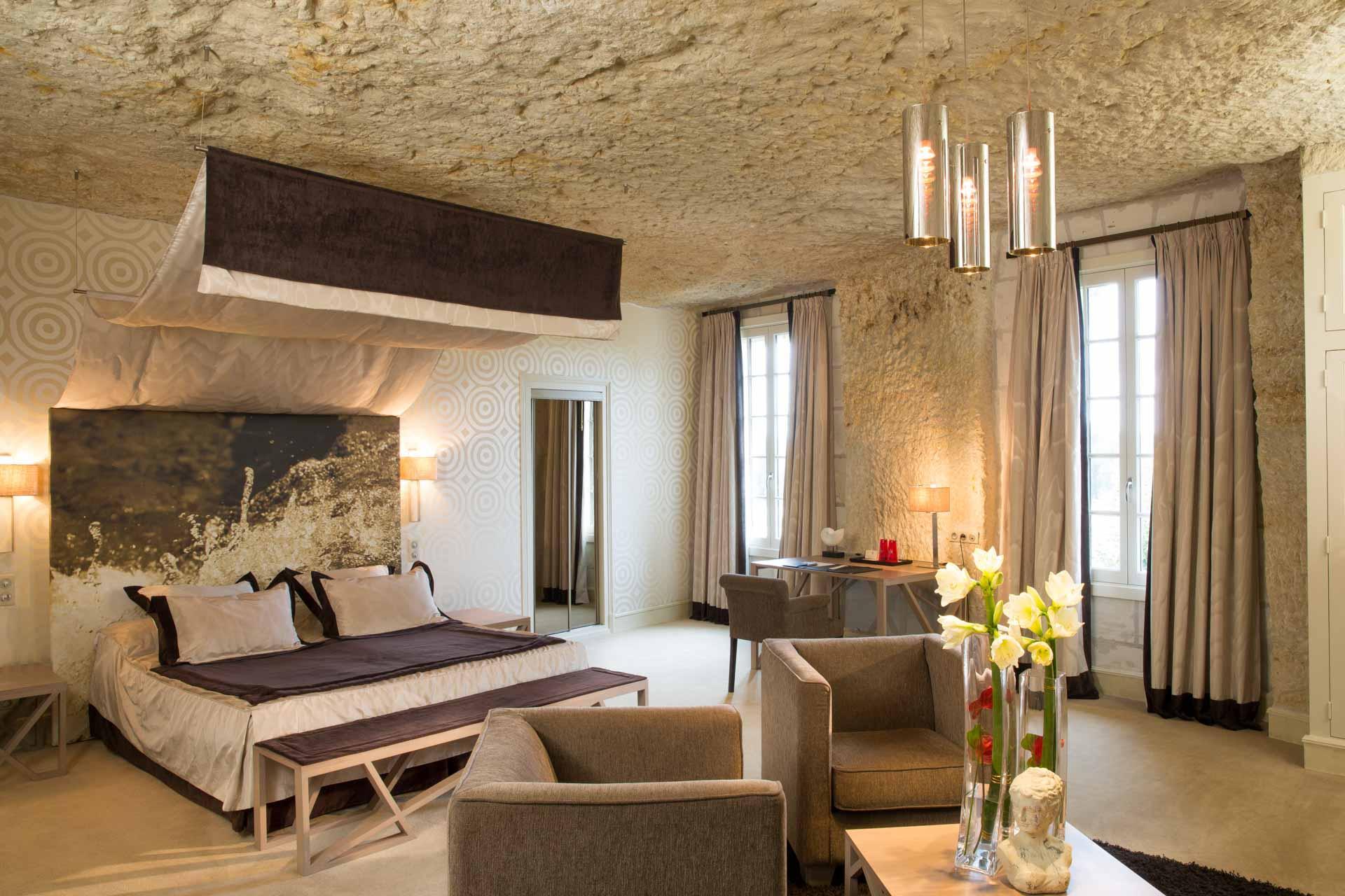 Une chambre troglodytique deluxe au Hautes Roches © DR