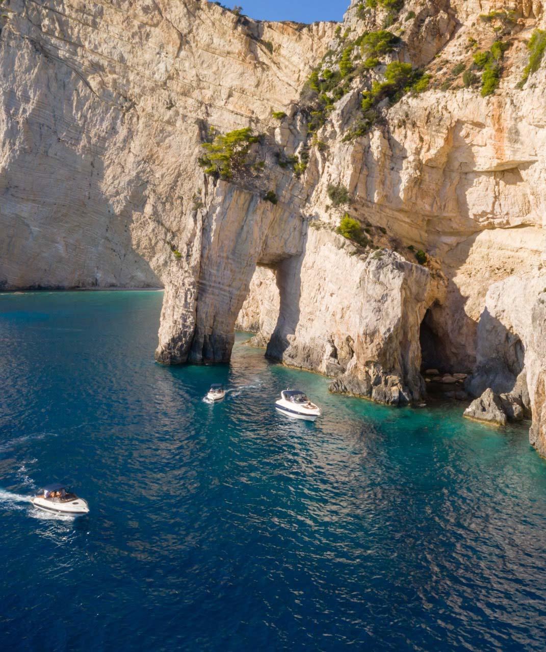 Les falaises de l'île de Cordou abrites de nombreuses criques et grottes à visiter en bateau © DR