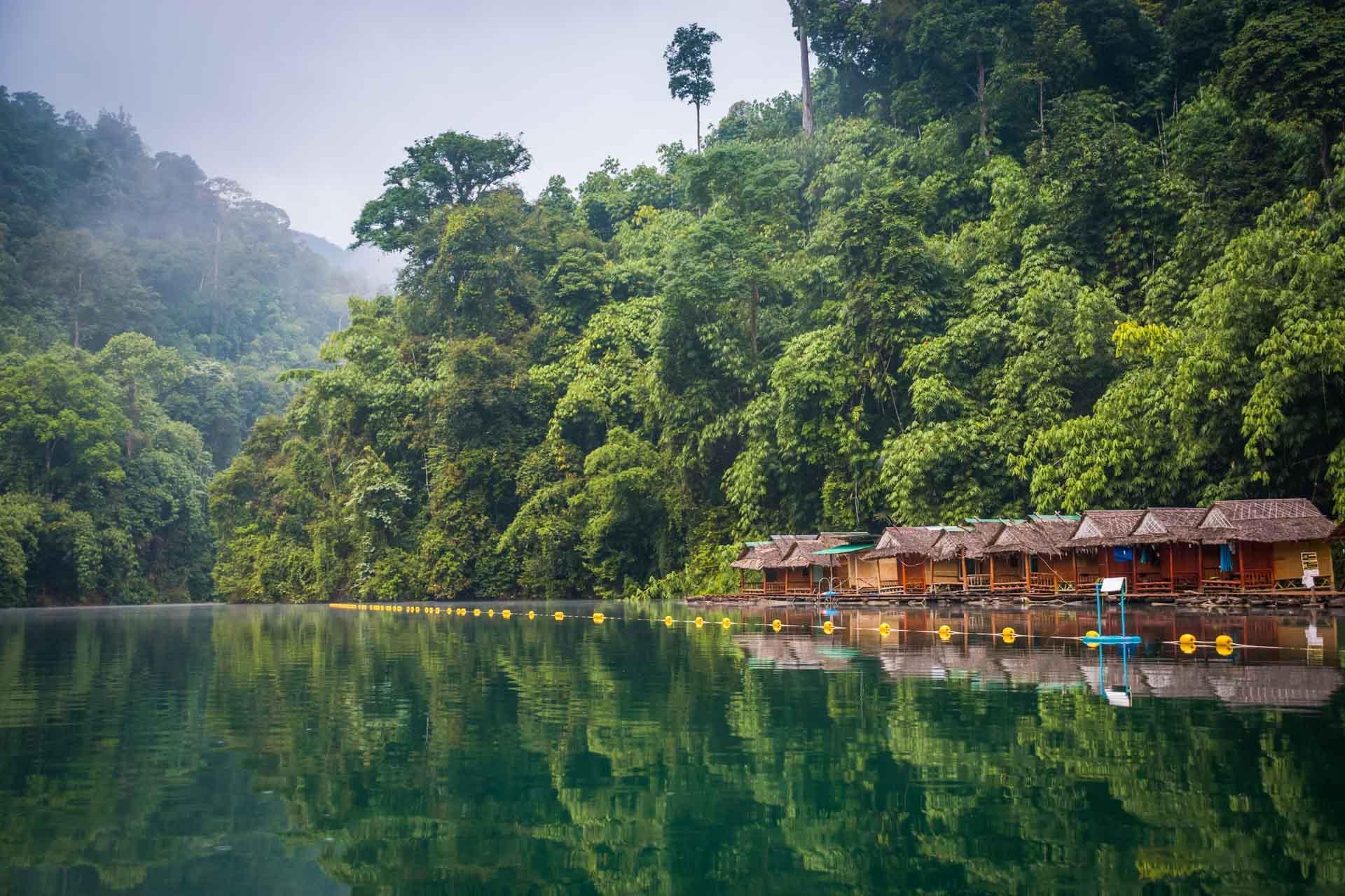 Les hôtels flottants du parc de Khao Sok © Marcin Kalinski