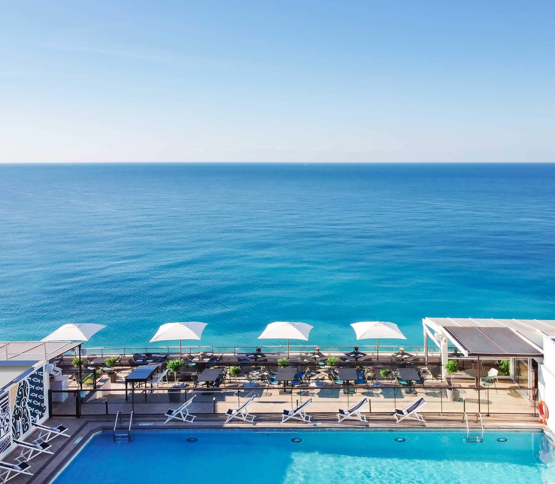La terrasse de l'Hôtel Méridien avec vue plongeante sur la Grande bleue © DR