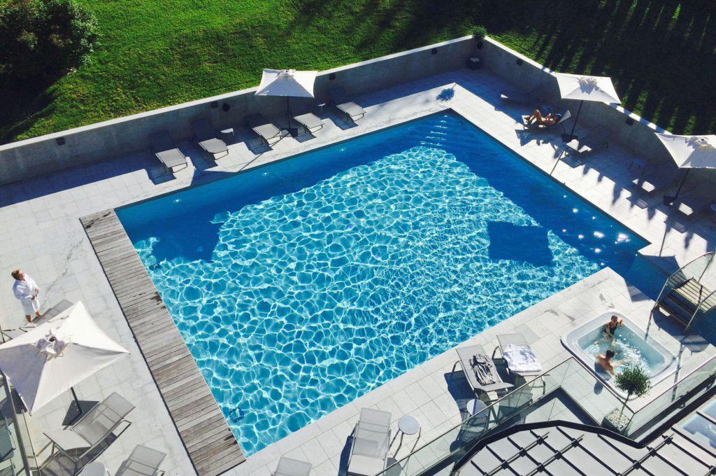 La piscine extérieure ouverte aux beaux jours © Hôtel Mont-Blanc Chamonix