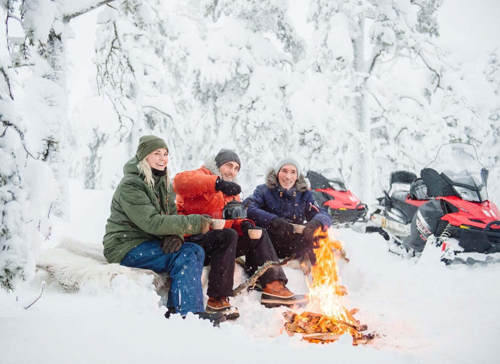 Pause dans les bois pour se réchauffer © Juho Kuva - VisitFinland