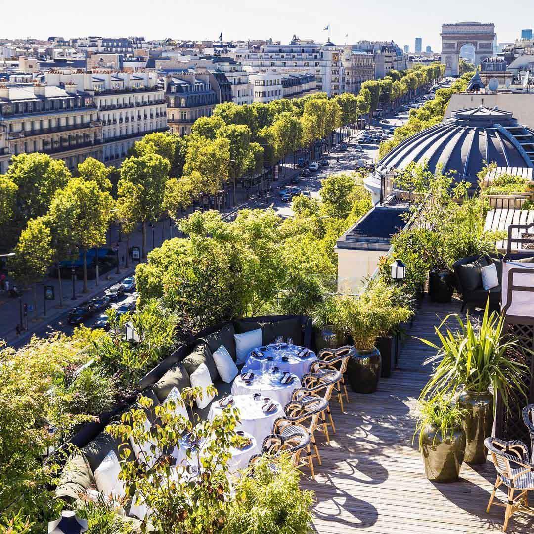 Mun au-dessus des Champs-Elysées © @mun_paris
