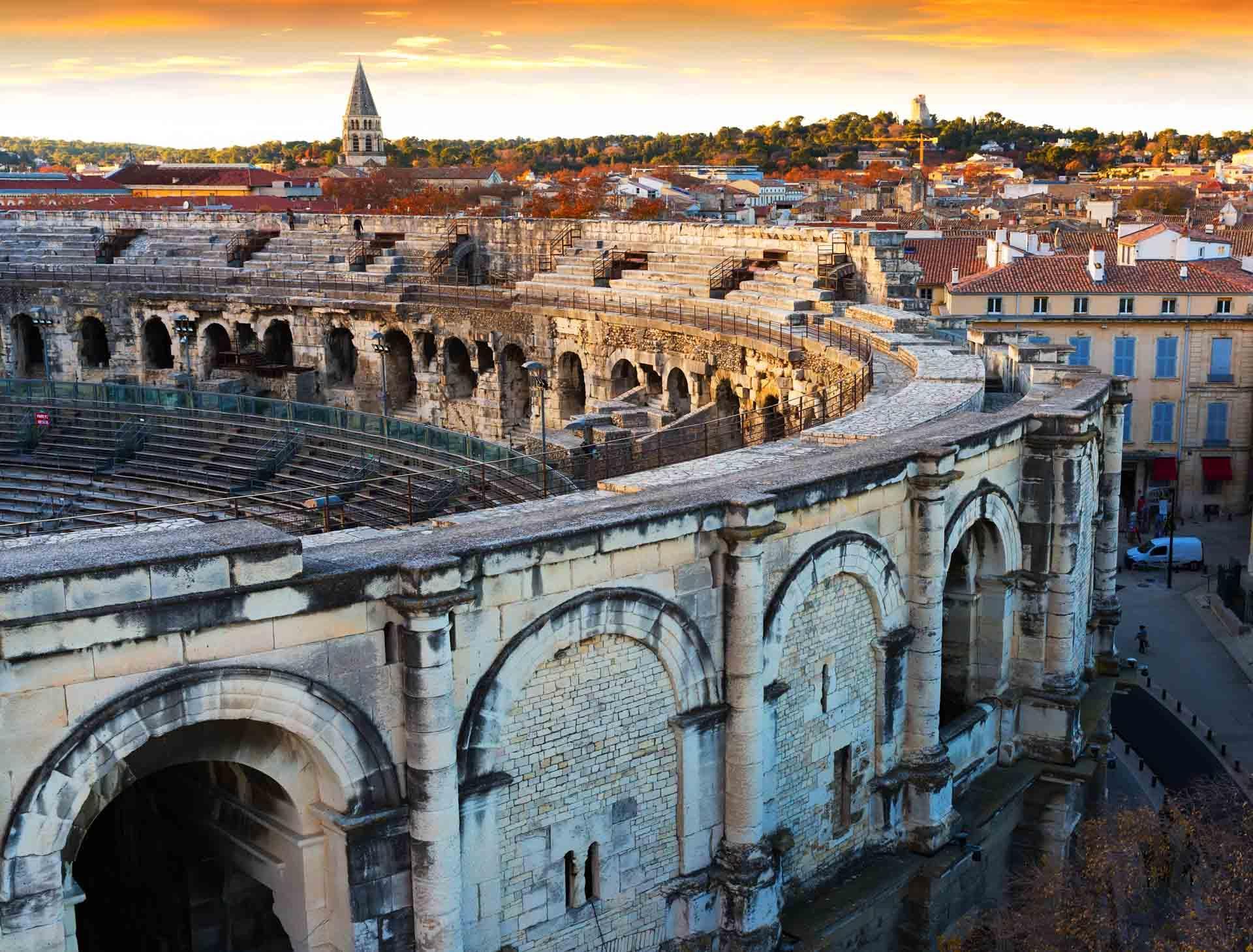 Les Arènes de Nîmes dominent la vieille ville depuis 2000 ans © JackF-AdobeStock