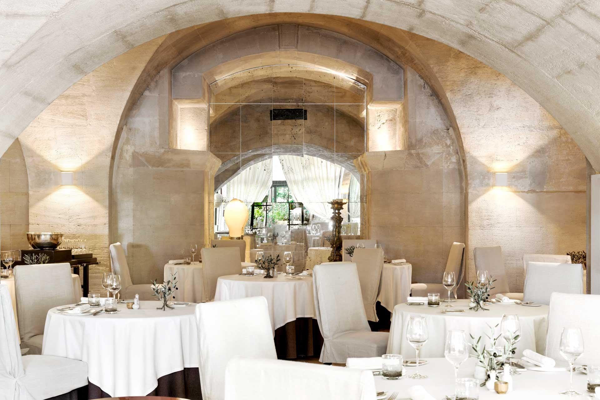 Le restaurant l'Oustau sous ses belles voûtes en pierre beige © G. Voinot