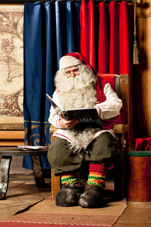 Le Père Noël à son bureau © Santa Claus Foundation