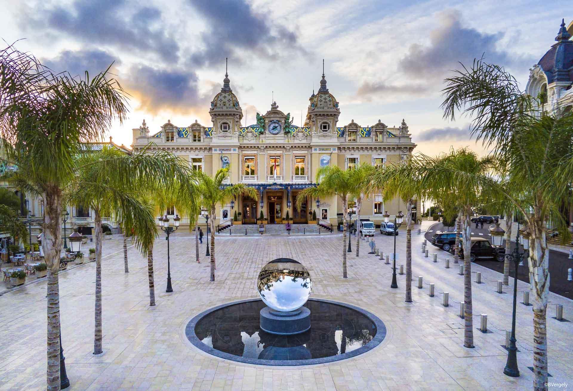 La toute nouvelle Place du Casino et le célèbre Casino de Monte-Carlo © DR