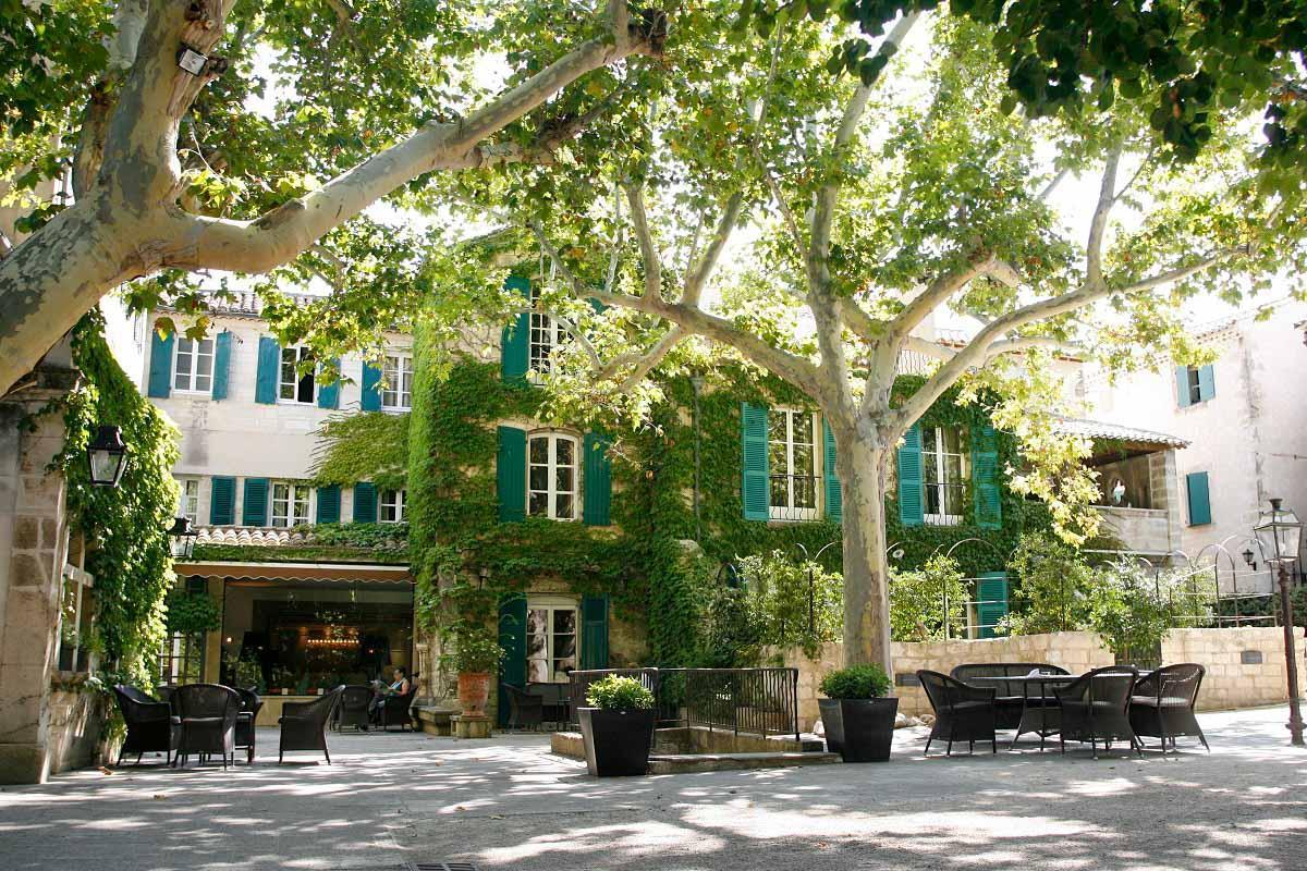 La cour ombragée par les platanes centenaires du Prieuré Baumanière © DR