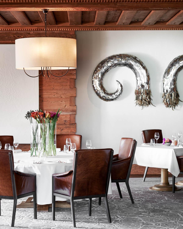 Le restaurant Sommet, sobrement décoré par une œuvre d'Ann Carrington © The Alpina Gstaad