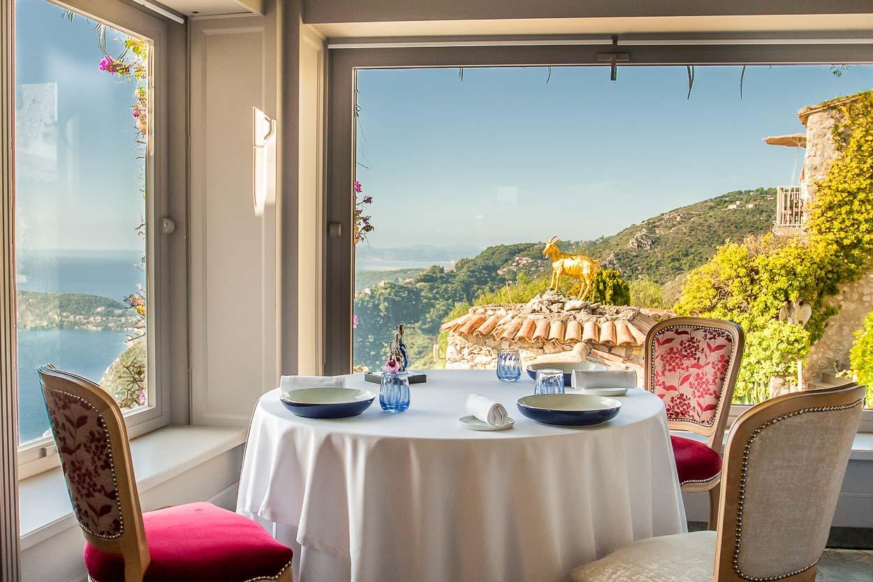 La salle à manger avec vue de La Chèvre d'Or à Èze © DR