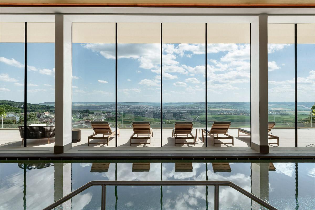 La piscine du Royal Champagne domaine les vignes © DR