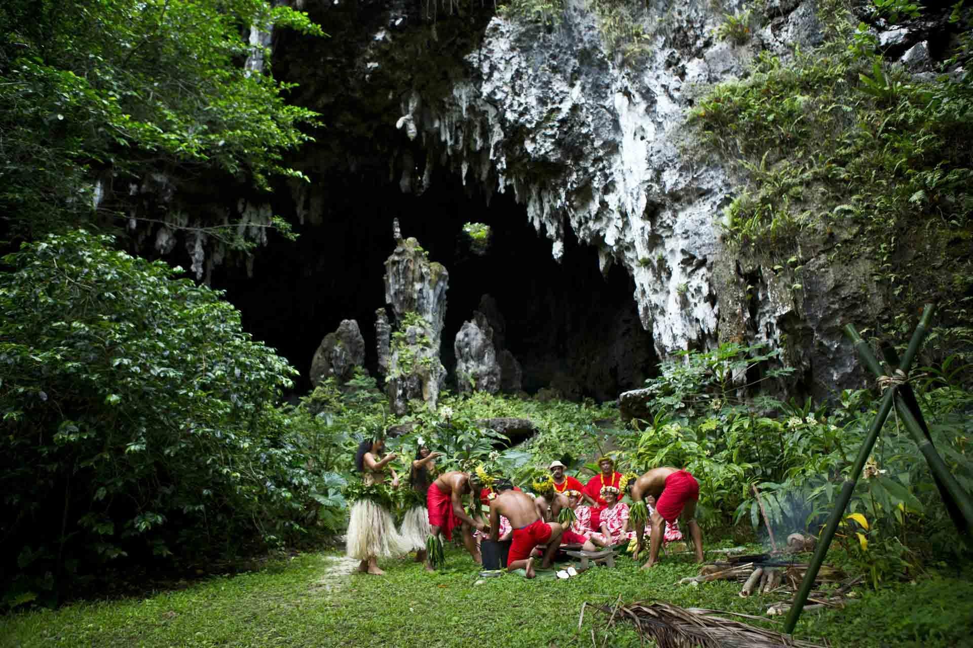 Cérémonie traditionnelle sur l'île de Rurutu dans une grotte ©