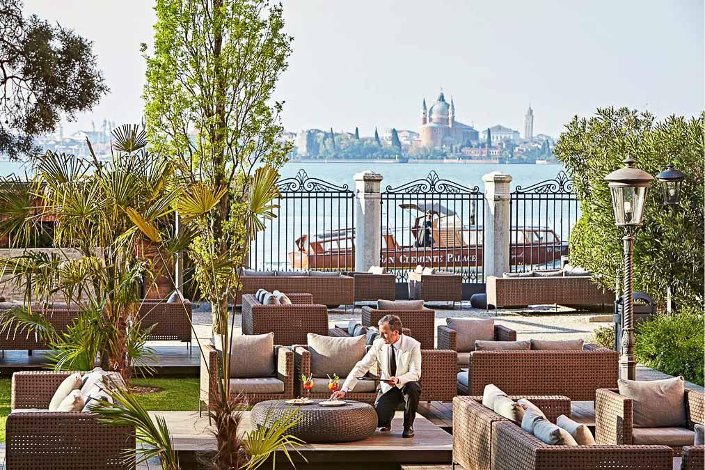 Le jardin-bar du San Clemente Palace Kempinski, dans la lagune de Venise © DR