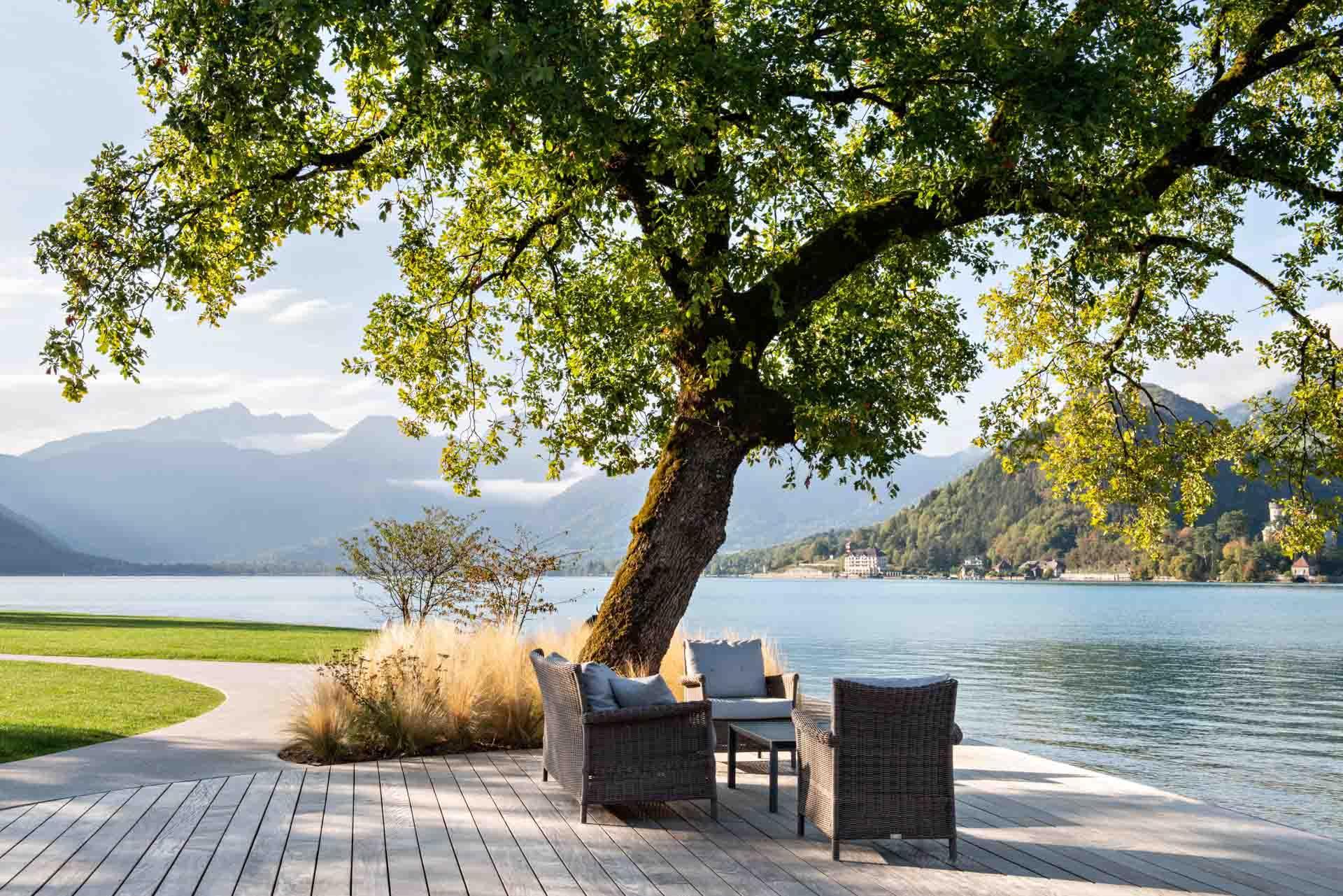Les jardins de l'Auberge du Père Bise descendent doucement vers les berges du lac d'Annecy © Be attitude