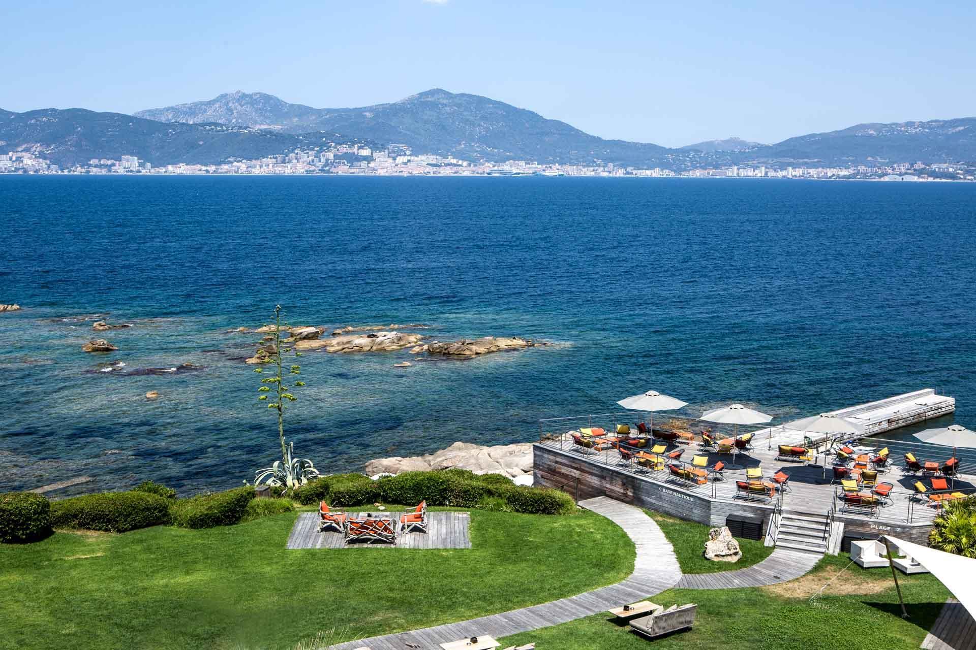 La pelouse du Sofitel Golfe d'Ajaccio descend doucement vers la mer © DR