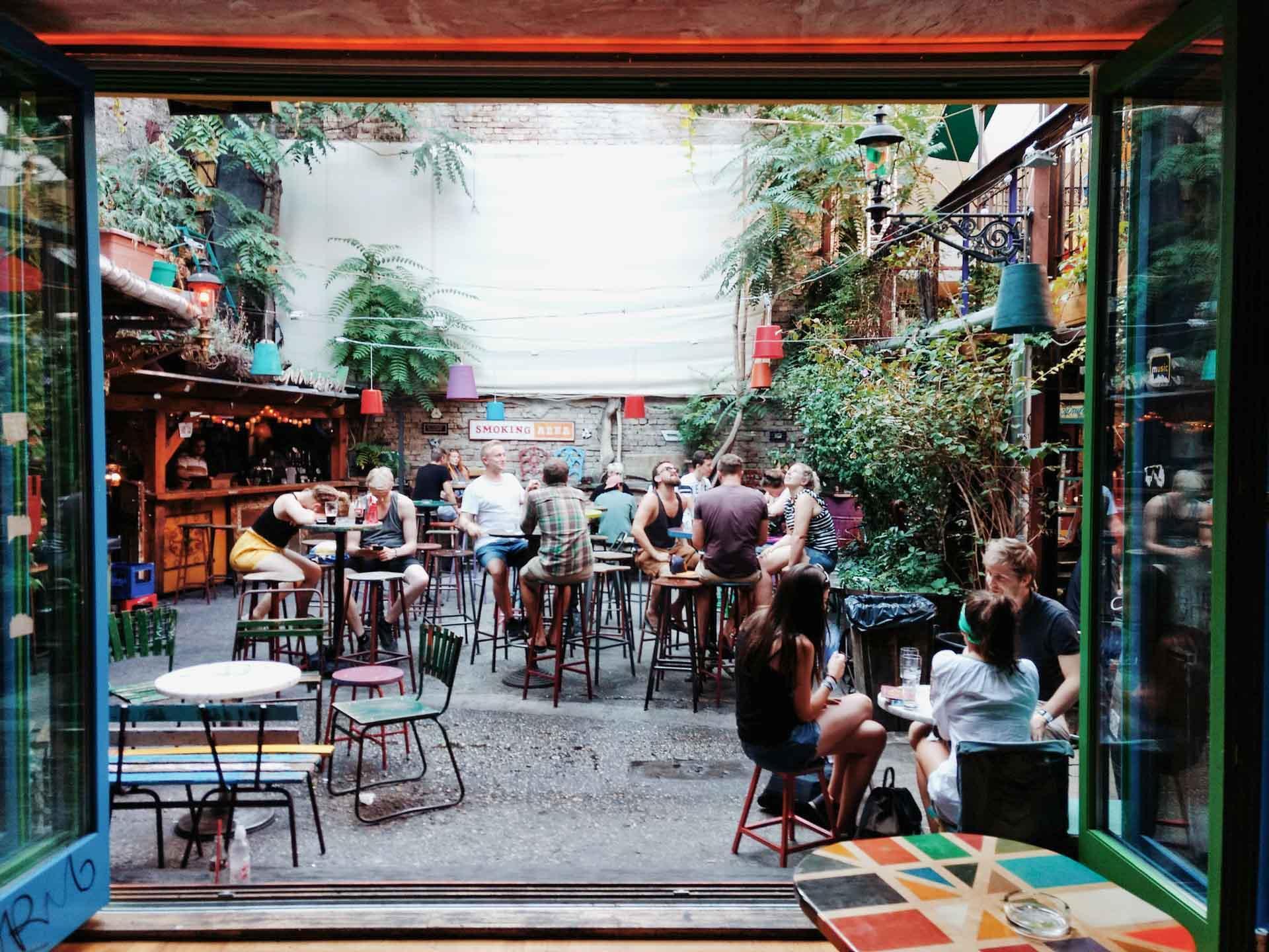 Le mythique bar Szimpla Kert © Liam Mckay