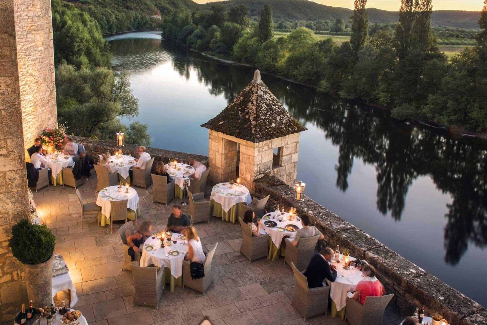 Le restaurant du Château de la Treyne domine la Dordogne © DR