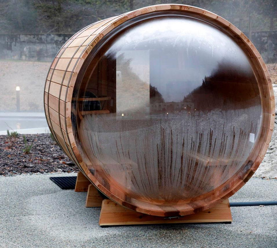 Le parcours thermal se poursuit en extérieur dans de petits saunas en forme de tonneau © Pascal Deloche