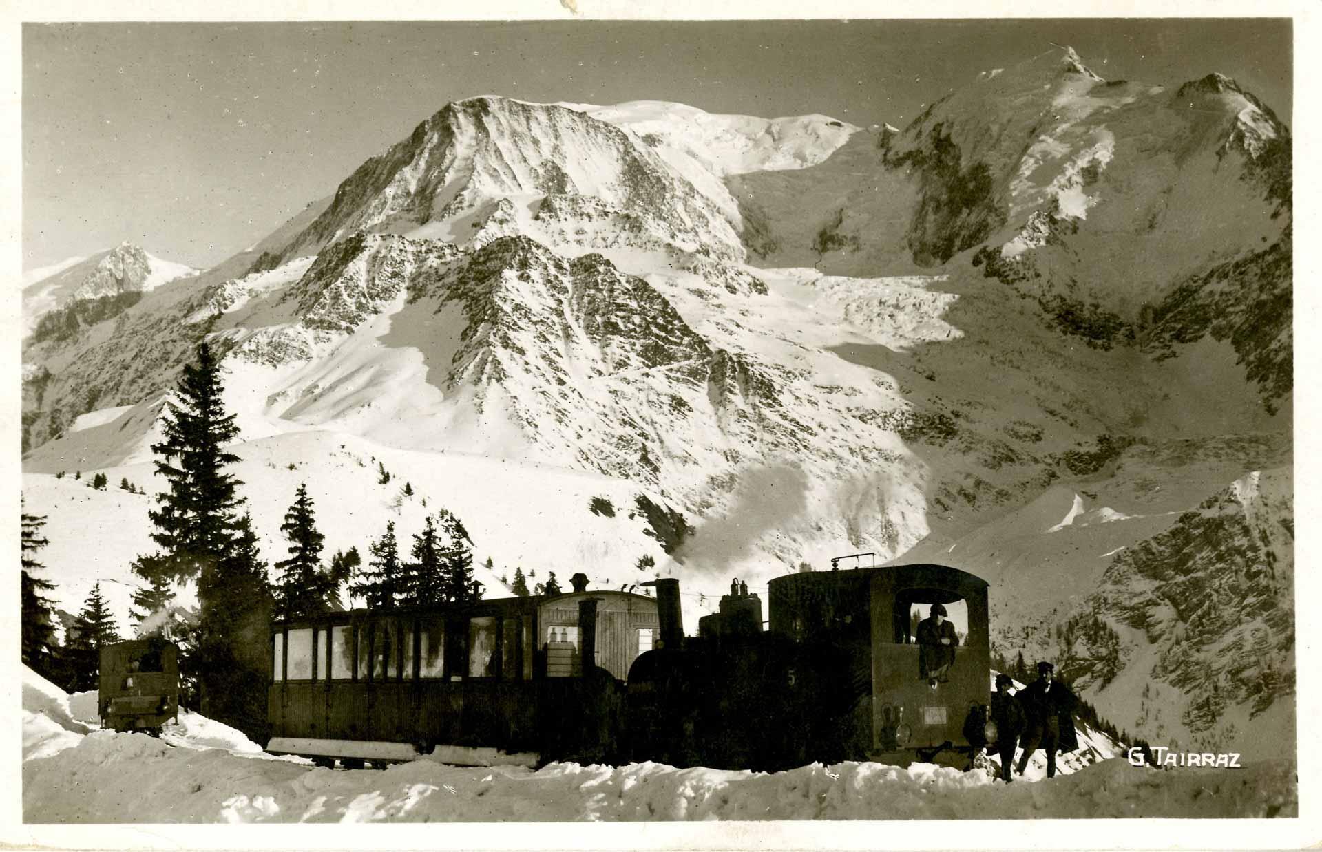 Le chemin de fer du Col de Voza (1700 m.), chargé de skieurs et de touristes ©Fonds Jean-Paul Gay / coll. Mairie St Gervais