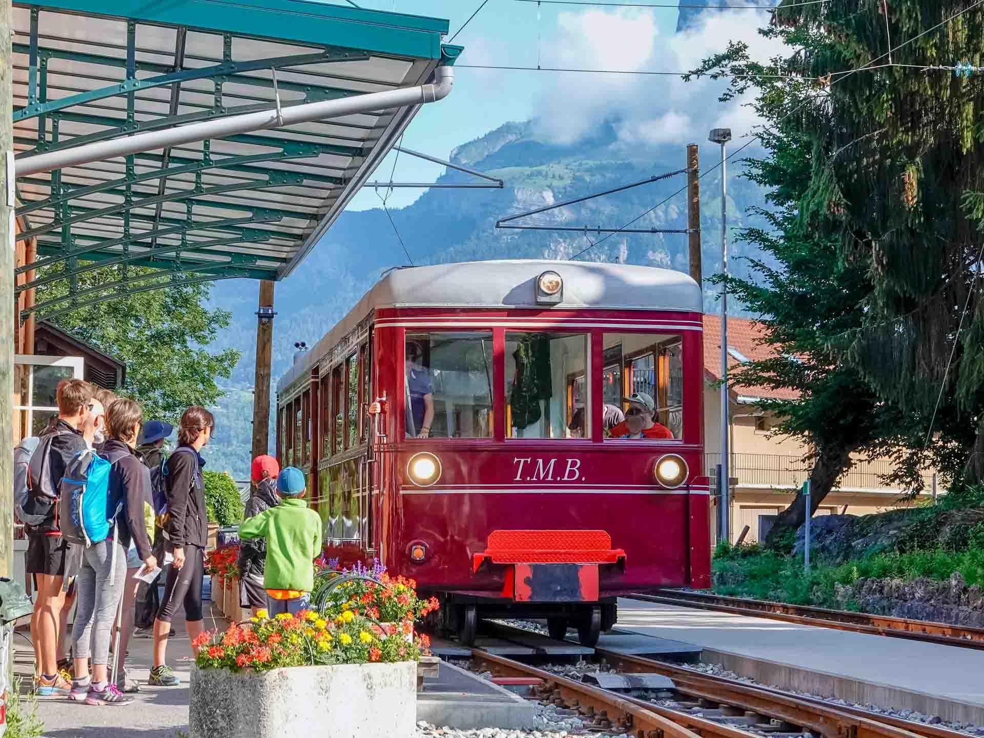 Le début de la randonnée commence à la Gare du Fayet, embarquement dans le vénérable Tramway du Mont-Blanc © Boris Molinier