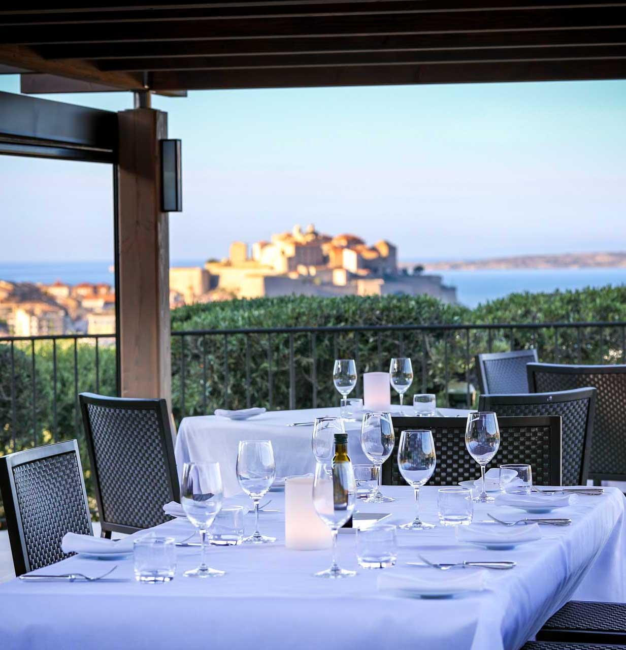 Le restaurant avec vue sur la citadelle de Calvi © La Villa Calvi
