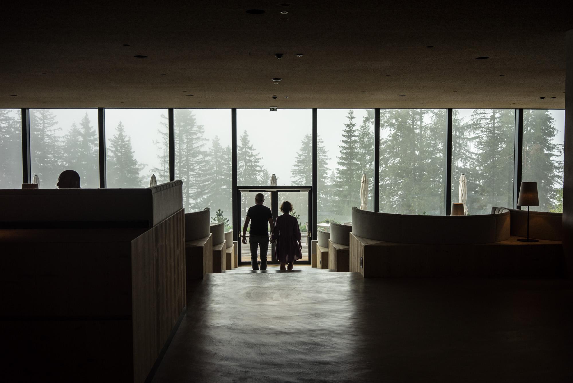 La salle du restaurant s'ouvre elle aussi sur la forêt.